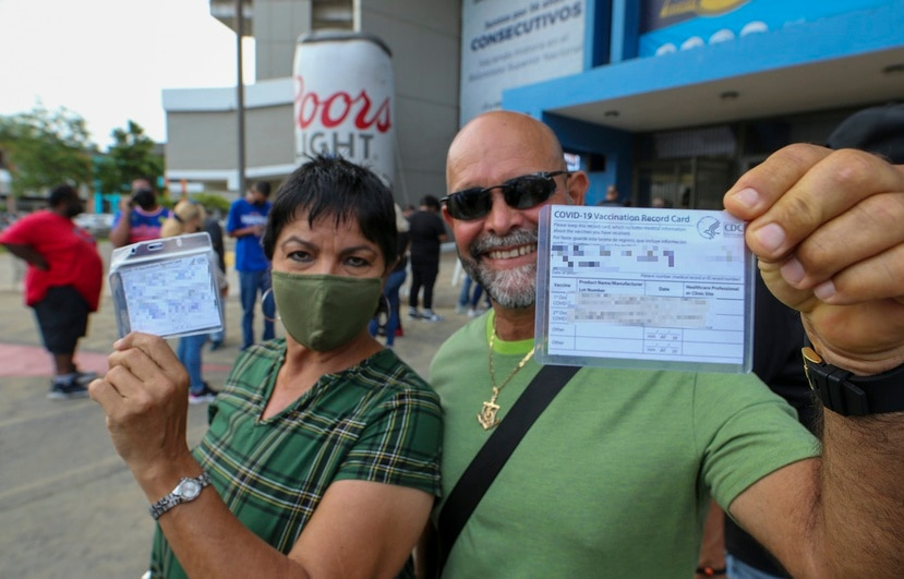 Willie Torres enseña su tarjeta de vacunación antes de entrar al desafío entre los Cangrejeros de Santurce y los Vaqueros de Bayamón.
