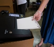 """Guaynabo, Puerto Rico, Agosto 9 , 2020 - MCD - FOTOS para ilustrar una historia sobre el evento electoral primarista (primarias). La foto se realiz� en el d�a 146 (LUNES) del toque de queda total como medida de minimizar la propagaci�n del Coronavirus (COVID-19). EN LA FOTO una vista del proceso en la Escuela Ram�n Mar�n de Guaynabo - no se hab�an presentado problemas hasta el momento, mas all� de la molestia de los electores de la lentitud del proceso debido a las medidas de seguridad en contra del Coronavirus - introducci�n de papeleta (papeletas). FOTO POR:  tonito.zayas@gfrmedia.comRamon """"Tonito"""" Zayas / GFR Media"""