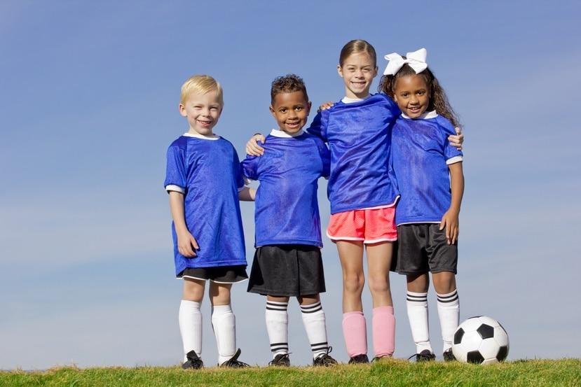 Niños y niñas en el deporte.