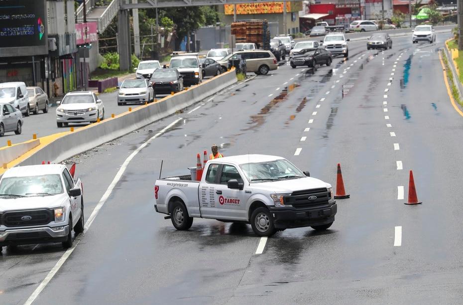 Las lluvias también provocaron el cierre de unos carriles en el expreso Román Baldorioty de Castro.