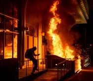 Protesta en Oakland contra la brutalidad policial culmina con enfrentamientos e incendios