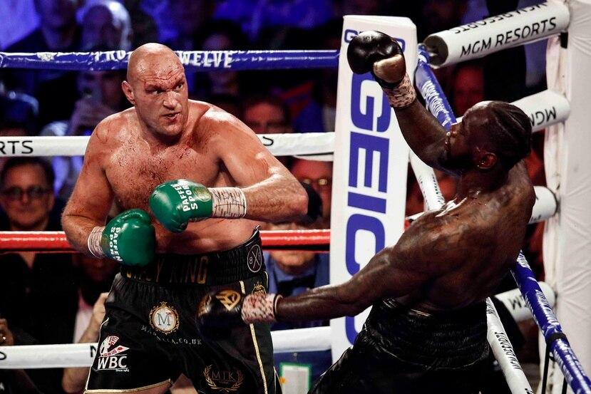 Tyson Fury - a la izquierda- le arrebató el título de peso completo del CMB a Deontay Wilder al derrotarlo por nocaut en el séptimo asalto de un combate celebrado en febrero pasado. (Archivo AP)