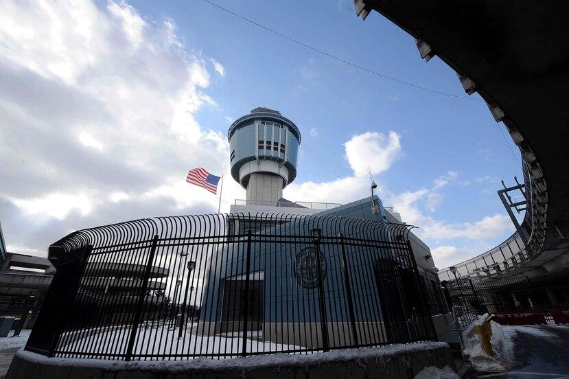 Torre de control del aeropuerto de La Guardia. (EFE)