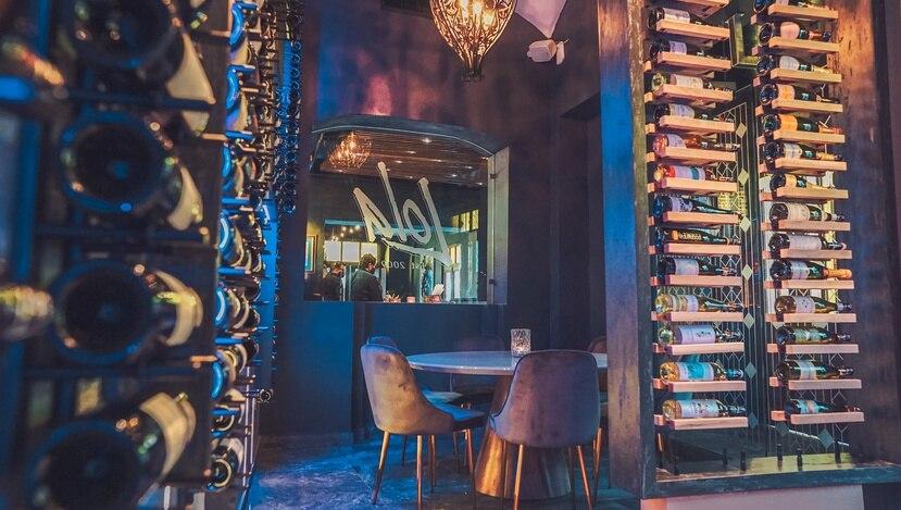 """El espacio gastronómico cuenta ahora con una nueva barra, una cava para sobre 400 botellas de vino, un área semiprivada y un """"lounge""""."""