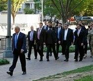 La foto muestra a Donald Trump (en primer plano) mientras caminaba por el parque de Lafayette rumbo a la capilla de St. John. (AP / Patrick Semansky)