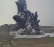 El Taal es un pequeño volcán de 311 metros de altura, que conforma una isla en medio de un lago del mismo nombre.
