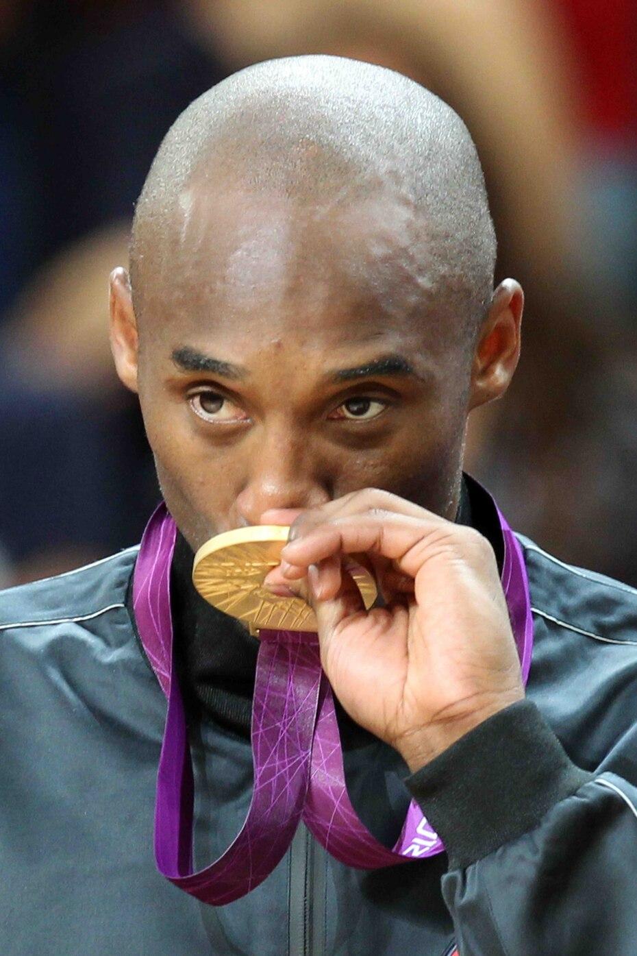 Bryant besa la medalla de oro obtenida en el 2012.