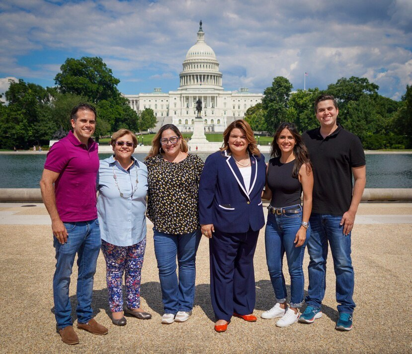 El grupo de cabilderos por la estadidad con la comisionada residente frente al Capitolio federal en Washington D.C. en un evento el mes pasado.