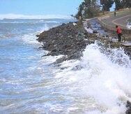 La foto de archivo muestra la histórica marejada de 2018 que azota la entrada de Boca de Cangrejos. (GFR Media)