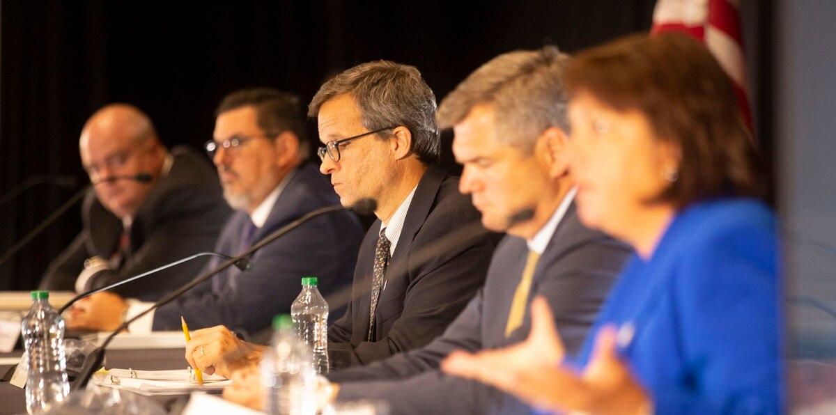 En la foto, los directivos John Nixon, Antonio Medina, David Skeel, Justin Peterson y la directora ejecutiva de la Junta de Supervisión Fiscal, Natalie Jaresko.