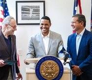 El líder de la mayoría demócrata del Senado, Charles Schumer, el congresista demócrata boricua Ritchie Torres y el gobernador Pedro Pierluisi.