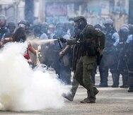 Yadira Carrasquillo González fue captada en fotografías y vídeos de múltiples personas que observaron cómo un oficial de la Uniformada rociaba gas pimienta en el rostro de la mujer, que estaba sola y desarmada, mientras gritaba consignas en medio de la avenida Luis Muñoz Rivera en Hato Rey.