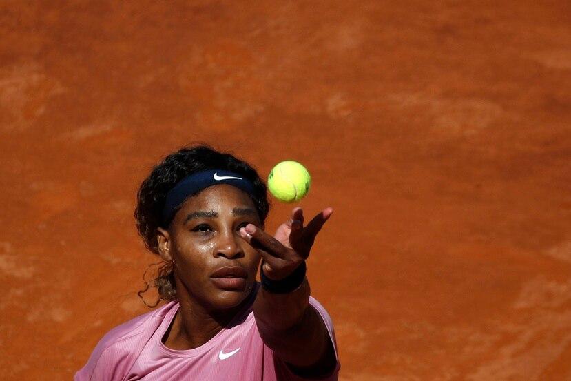 Serena Williams realiza un servicio contra la argentina Nadia Podoroska durante el partido en el Abierto de Italia.