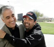 En esta foto de archivo del 2008, el periodista Pedro Gómez es abrazado por el entonces piloto de los White Sox, Ozzie Guillén.
