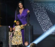 Vanessa Bryant y sus hijas Capri y Bianka durante la ceremonia de exaltación del Salón de la Fama del Baloncesto este año.
