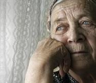 Portrait of sad lonely pensive old senior woman persona con depresion