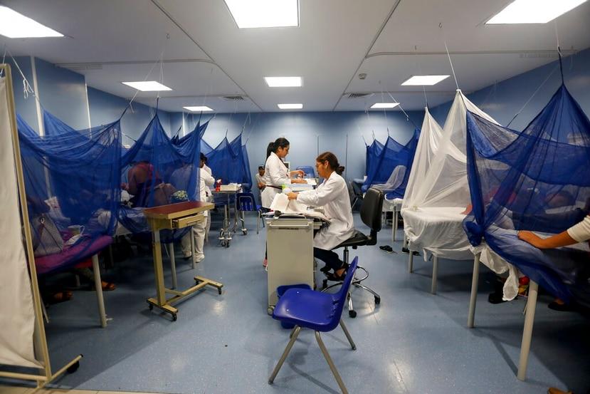 Pacientes reciben tratamiento contra el dengue en una sala del hospital Fernando Vélez, en Managua, Nicaragua. (AP)