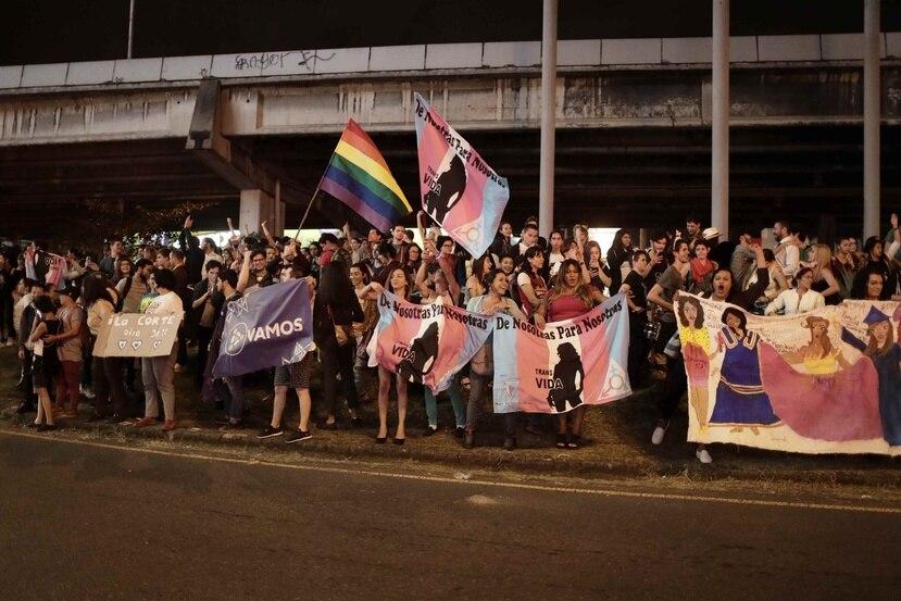 Cientos de personas a favor de los derechos de la comunidad LGBTI celebran en las calles de San José, Costa Rica, la opinión consultiva emitida por la Corte Interamericana de Derechos Americanos (EFE/ Jeffrey Arguedas).