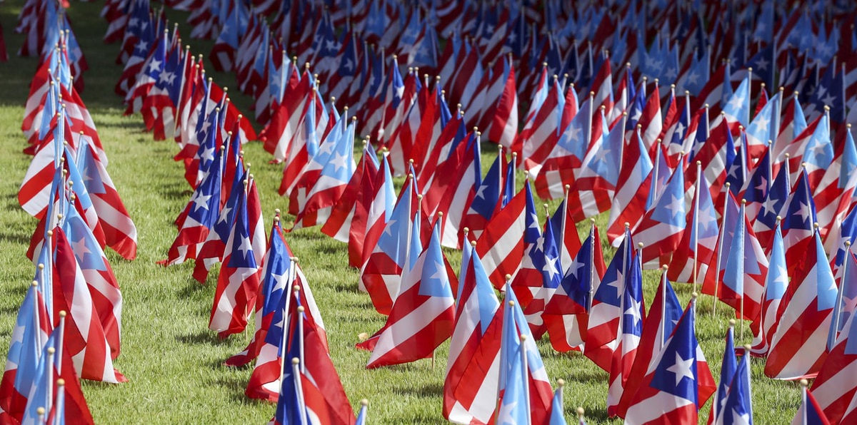 Colocan banderas en homenaje a las víctimas del huracán María