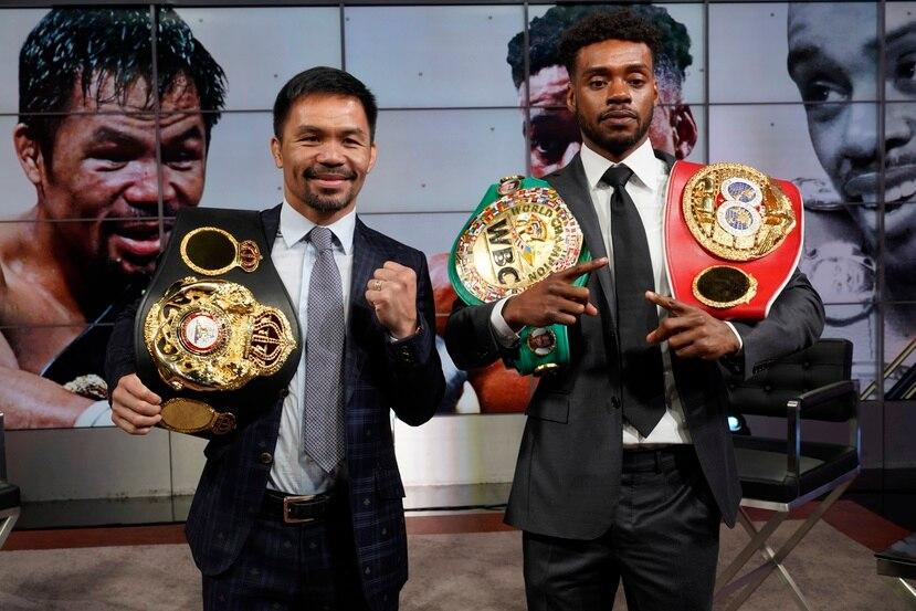 Manny Pacquiao, a la izquierda, y Errol Spence Jr. posan para una foto en una conferencia de prensa en un recinto de Fox Studios en Los Ángeles.