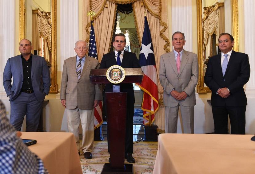 Ricardo Rosselló anunció los primeros integrantes de laComisión de la Igualdad para Puerto Rico. Estos serán: (desde la izquierda) el expelotero Iván Rodríguez; los exgobernadores Carlos Romero Barceló y Pedro Rosselló, y el exsenador Charlie Rodríguez.