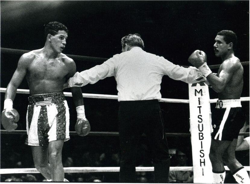 Camacho (izq) y Chapo Rosario son separados durante la pelea de 1986. Macho diría que Chapo fue el pegador más fuerte que enfrentó. (Archivo)