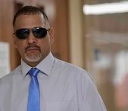 Daniel Santos camina por los pasillos del tribunal.