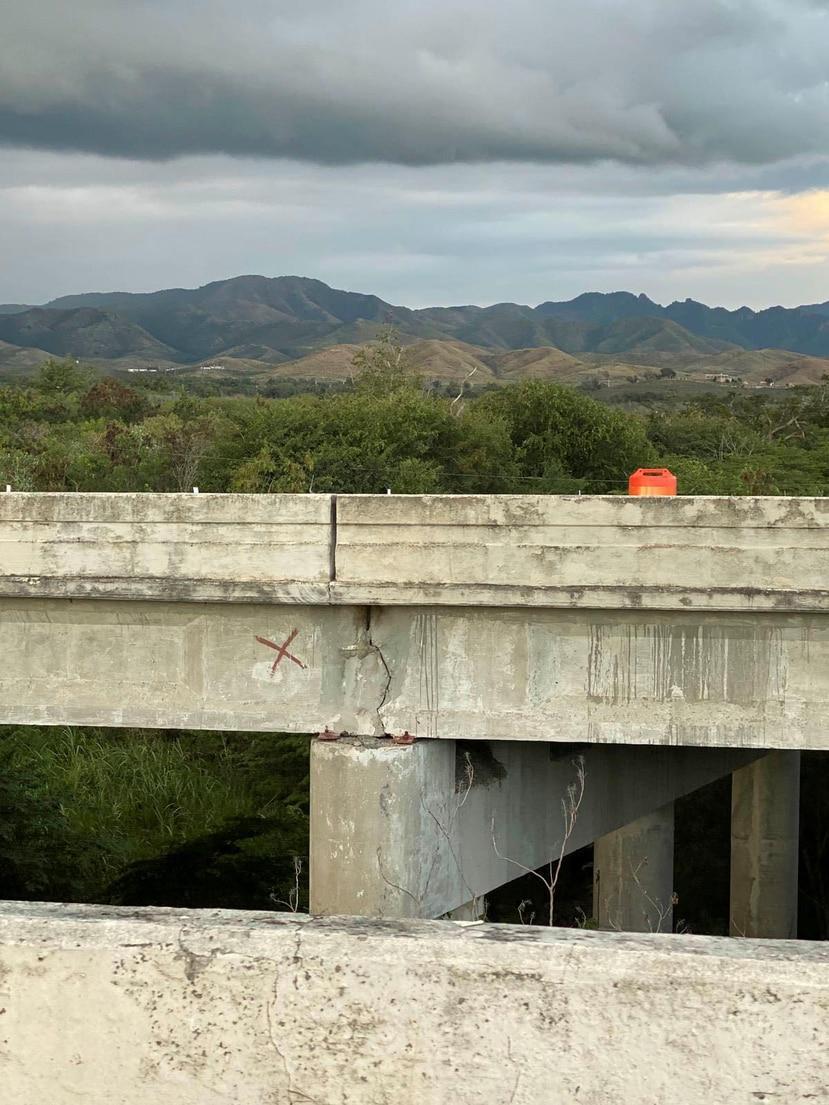 Las grietas observadas -en fotos- en un puente de la PR-52 no representan riesgo, aseguraron ayer ingenieros de la Autoridad de Carreteras. (Suministrada)