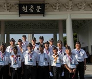 Veteranos del regimiento 65 de Infantería en una visita al cementerio nacional de Seúl en Corea del Sur.