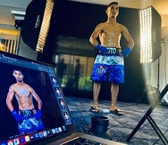 """El peleador Ángel """"Tito"""" Acosta posa para unas fotos promocionales de cara a su pelea titular ante el japonés Junto Nakatani."""
