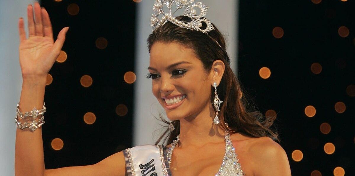 La puertorriqueña fue coronada por Glenova y después se desmayó brevemente, entre otros motivos por el peso del vestido en cadenas de Carlos Alberto.