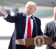 Los indultos otorgados por Donald Trump (izq.) incluyen a los exrepresentantes republicanos Duncan Hunter, de California, y Chris Collins, de Nueva York.