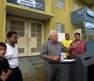 OCT/31/2003. RESIDENCIAL LUIS LLORENT TORRE.  EL PRE CANDIDATO A COMISIONADO RESIDENTE EL EX GOBERNADOR LCDO.CARLOS ROMERO BARCELO EN CONFERENCIA DE PRENSA CON LOS RESIDENTES DE LLORENT OFRECIENDO NUEVAS AYUDAS PARA EL RESIDENCIAL.