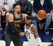 El jugador de los Grizzlies de Memphis Dillon Brooks (24) tira al canasto ante la mirada del jugador del Jazz de Utah Royce O'Neale (23).