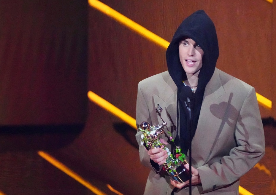 Justin Bieber recibe el premio al artista del año en la ceremonia de los premios MTV Video Music Awards. (Foto por Charles Sykes/Invision/AP)