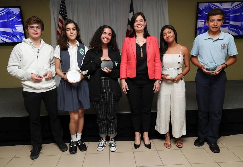 A la izquierda: Carlos Méndez, Mariana Salinas, Paulina Trigos, Valeria Cancel y Andrés Del Valle junto a la jueza presidenta del Tribunal Supremo, Maite Oronoz.