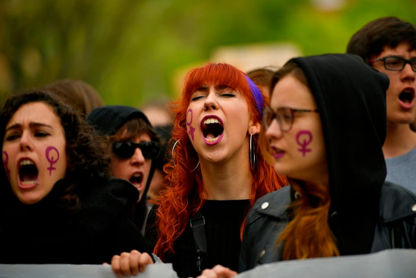 La decisión del tribunal no solo provocó protestas en las calles de España, sino que también miles de mujeres empezaran a compartir sus experiencias de abuso en Twitter con el hashtag #cuéntalo (AP).