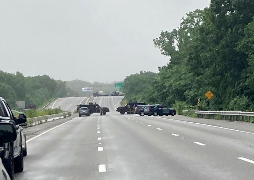La foto distribuida por la policía estatal de Massachusetts muestra una barrera policial que bloquea un tramo de la Ruta Interestatal 95 cerca de Wakefield, Massachusetts.