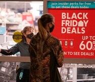 Una consumidora acude a una tienda para hacer sus compras de viernes negro.