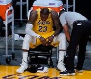 LeBron James demuestra su frustración sentado en el banco de los Lakers durante el sexto y último partido de la serie ante los Suns de Phoenix el jueves.