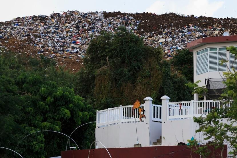 """Gerica Santiago compró esta propiedad, en 2017, con una certificación de la Agencia federal de Protección Ambiental (EPA, en inglés) de que el vertedero de Toa Alta cerraría ese mismo año. A esta fecha, la instalación sigue operando y la madre de dos niños apenas pasa tiempo en su hogar por """"la incomodidad de no poder ni asomarse por la puerta sin ver basura""""."""