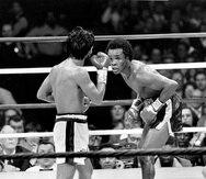 En esta imagen del 25 de noviembre de 1980, Sugar Ray Leonard (derecha) se mofa de Roberto Durán en la pelea por el cetro mediano del Consejo Mundial de Boxeo en Nueva Orleans.