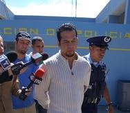 En esta foto de archivo se ve al exboxeador Daniel Santos salir del cuartel de Punta Las Marías en San Juan, tras una querella por Ley 54 en el 2003. (GFR Media)