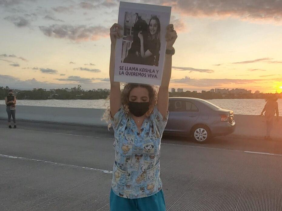 Berenice Rodríguez, hermana de Keishla Rodríguez, se presentó en la manifestación contra la violencia machista celebrada el domingo sobre el puente Teodoro Moscoso. En sus manos sostenía una foto de su hermana.