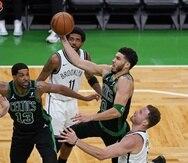 Jayson Tatum, de los Celtics, penetra hacia el canasto contra los Nets de Brooklyn en el tercer partido de primera ronda de playoffs.