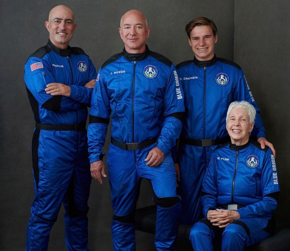 En el centro, Jeff Bezos junto a la tripulación en el primer vuelo con humanos de Blue Origin. Viajaron con el empresario su hermano Mark, la pionera de aviación Wally Funk (82 años) y el joven Pliver Daemen (18 años).