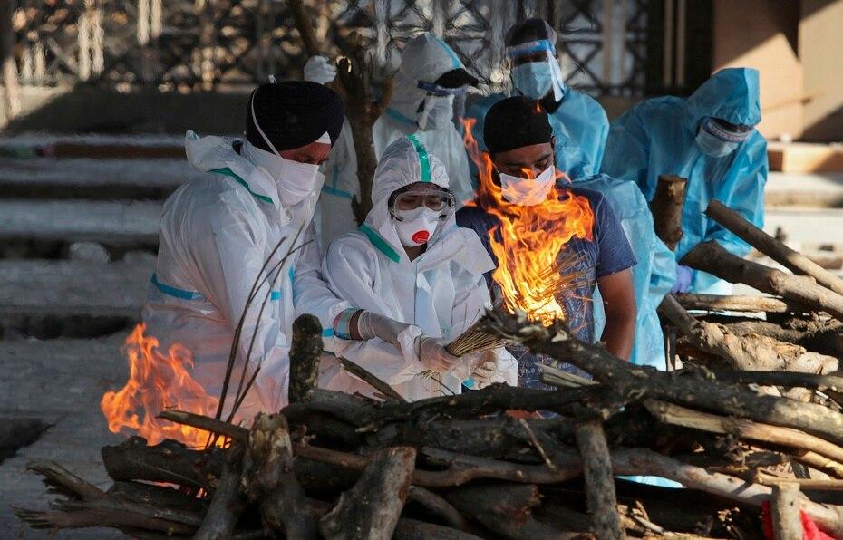 Ante el colapso de las funerarias, muchas personas recurren a instalaciones improvisadas para entierros y cremaciones masivas por la saturación de las funerarias.