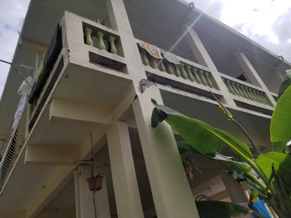 Los pilares, pese a los daños, aguantaron las residencias en Lajas.