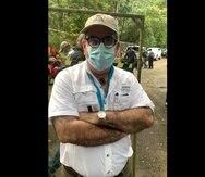 El secretario Rafael Machargo impide con su físico la entrada de la representante Mariana Nogales al bosque público Río Abajo en Utuado.