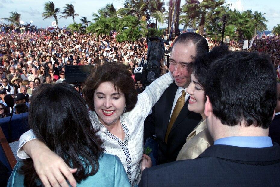 La gobernadora es felicitada por su familia luego de completar la ceremonia de juramentación.